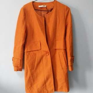 黃橙色大衣