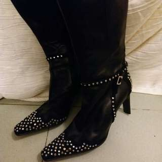 """Versace 真皮長靴。  Size 37.  鑲有閃石及窩釘。  完整無缺。  高貴有型。  踭高3.5"""".  現特平。"""