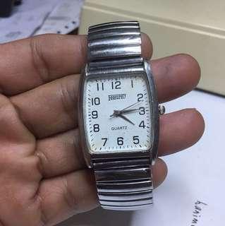 Featurely quartz watch