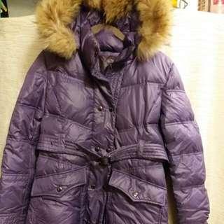 Burberry Blue Label羽絨大褸。  Size 40.  紫色大褸有淺金色毛邊帽。  帽可拆下。  100%真和95%新。  太多羽絨, 現平價。