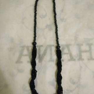 Kalung rumbai hitam