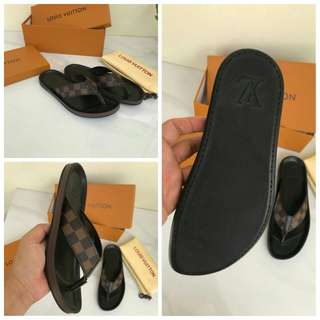 Sandal LV Mirror Quality#1   Size 39-44,  2 Warna motif Damier (mirip original) free box, Baguss Banget  Berat  600gr  Insole : 39 =23,5cm 40 =24cm 41 =24,5cm 42 =25cm 43 =25,5cm 44 =26cm  H  510rb