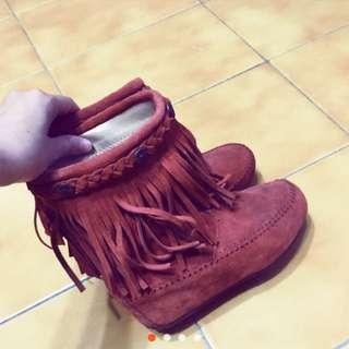 🚚 達芙妮 桔色流蘇靴