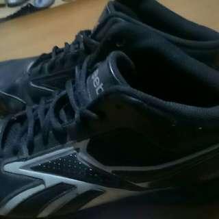 Reebok buat main basket kondisi 80% warna hitam udah disol jadi kuat untuk aktifitas main basket
