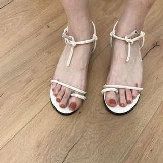 一字綁結扭轉細帶低跟涼鞋