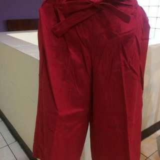 Celana kulot Merah. Sedikit dibawah lutut .Bahan tebal. Size M-L