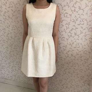 Dress putih emboss