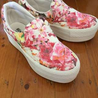 Flower-printed platform shoes