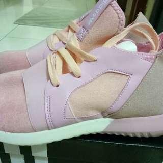 Sepatu sport adidas