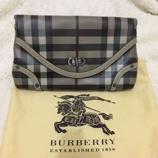 Clutch BURBERRY (No Original)