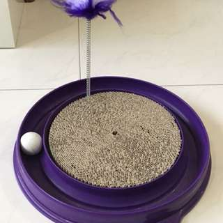 Scratching pad with ball