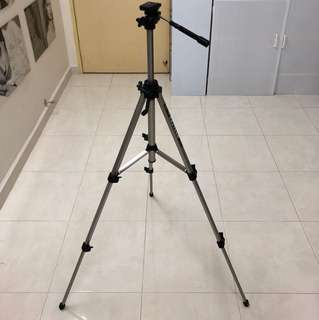 Camera Tripod, with 3 adjustable legs, height adjustable, rotating vertical & horizontal. Aluminum material. Good & working condition. Like new as hardly use.