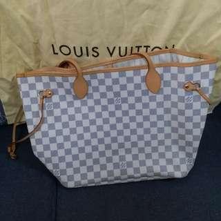 LV 9成半新,只用一兩次,但袋內有些少發毛,購於巴黎