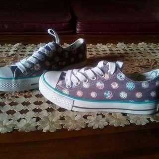 Sepatu kets motif