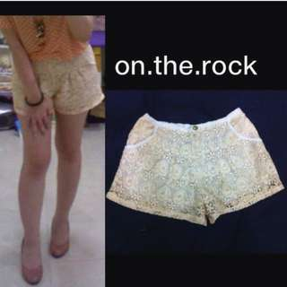BROKT YELLOW HOT PANTS