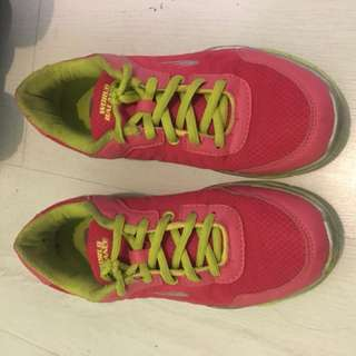 World balance running rubber shoes