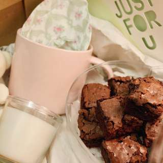 Valentines day special brownies pink gift set