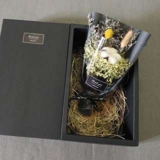 Dried flowers in gift box with mini card