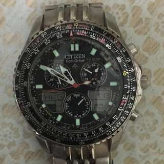 citizen eco drive 手錶⌚️一隻。光動能。太陽能。可即時轉換多國時間。7成新。錶面有花。有正常使用痕跡。