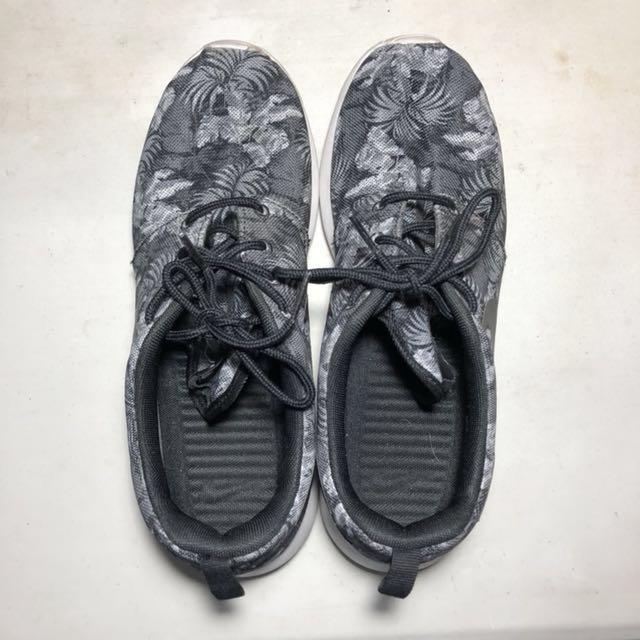 cf8f54b95a601 Nike Roshe Run (Greyscale Palm)