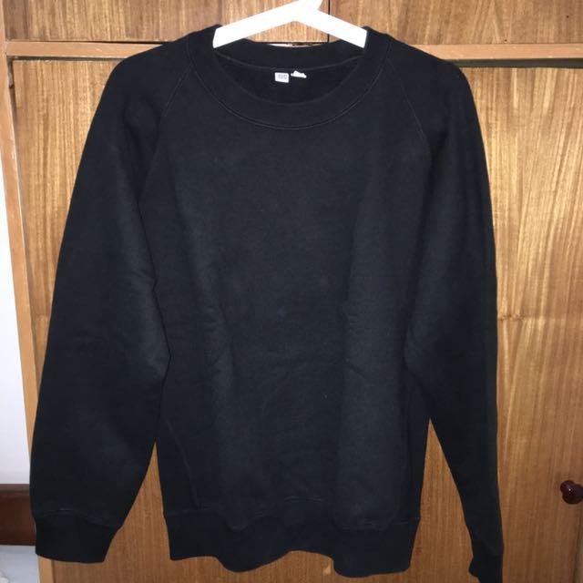 Sweater Uniqlo U warna Hitam