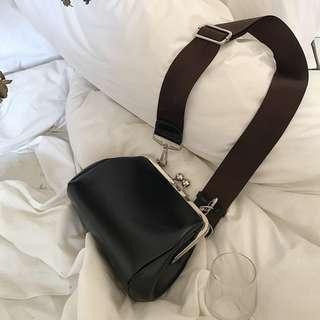 四季百搭簡約復古荷包小包PU皮格金屬寬肩帶斜背包包