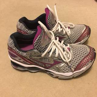 Mizuno running shoes size 6