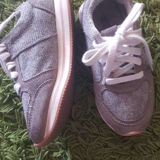 Isabella preloved shoes (zara girls)#sayajual #zaragirls #sneakers #preloved #zaranurisabella   Size :  27 eu / 170/65 ch  Price :  RM 55 (including postage)  Condition :  9/10