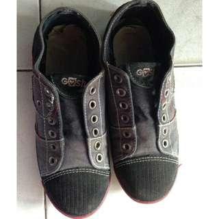 Sepatu sekolah gosh