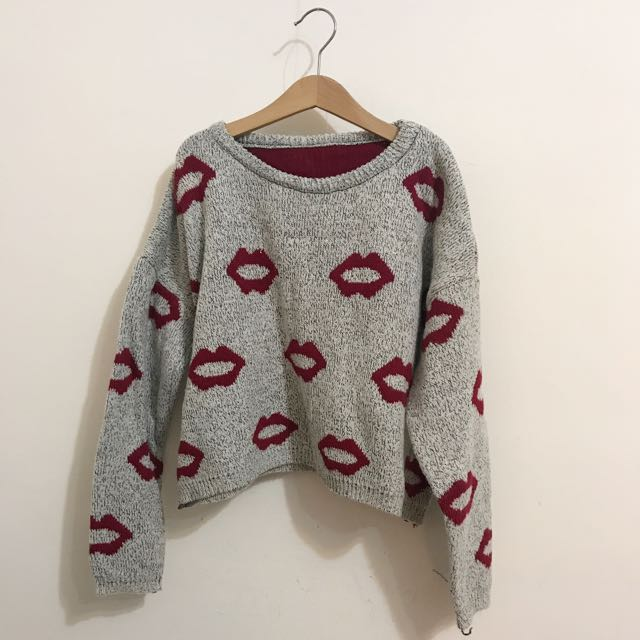 灰色紅唇短板毛衣