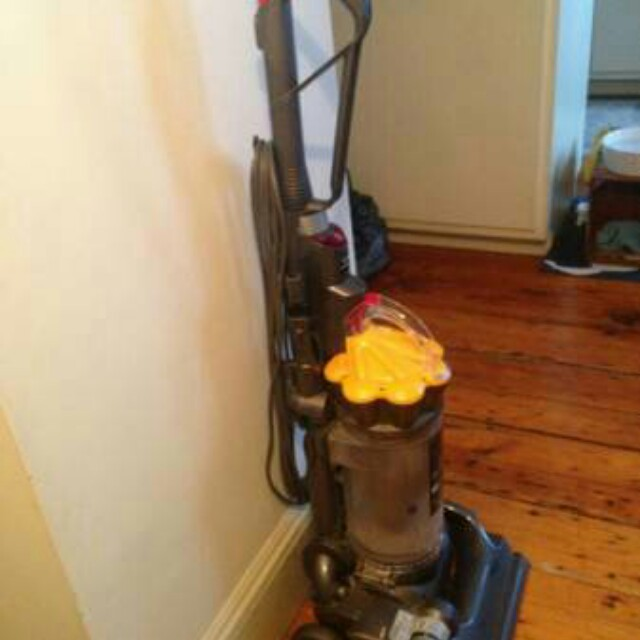 Vacuum Cleaner (Dyson DC33) *Bagless *Multifloor *Upright *Full Size *Light Weight *No Loss of Suction
