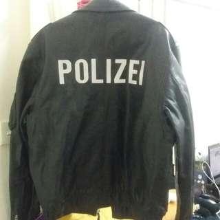 $ 1600 真皮做,年份為2004, 新淨  ,合175左右人仕,  德國警察皮褸,騎警用,size 48,,多袋