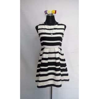 Semi formal Black/white dress - small to med frame
