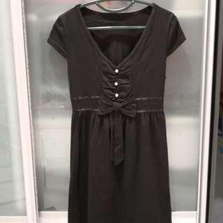 黑色低领连身裙