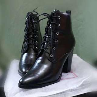 🚚 Grace gift 黑色綁帶尖頭粗跟短靴