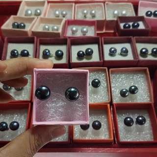 Black pearl (freshwater pearl)