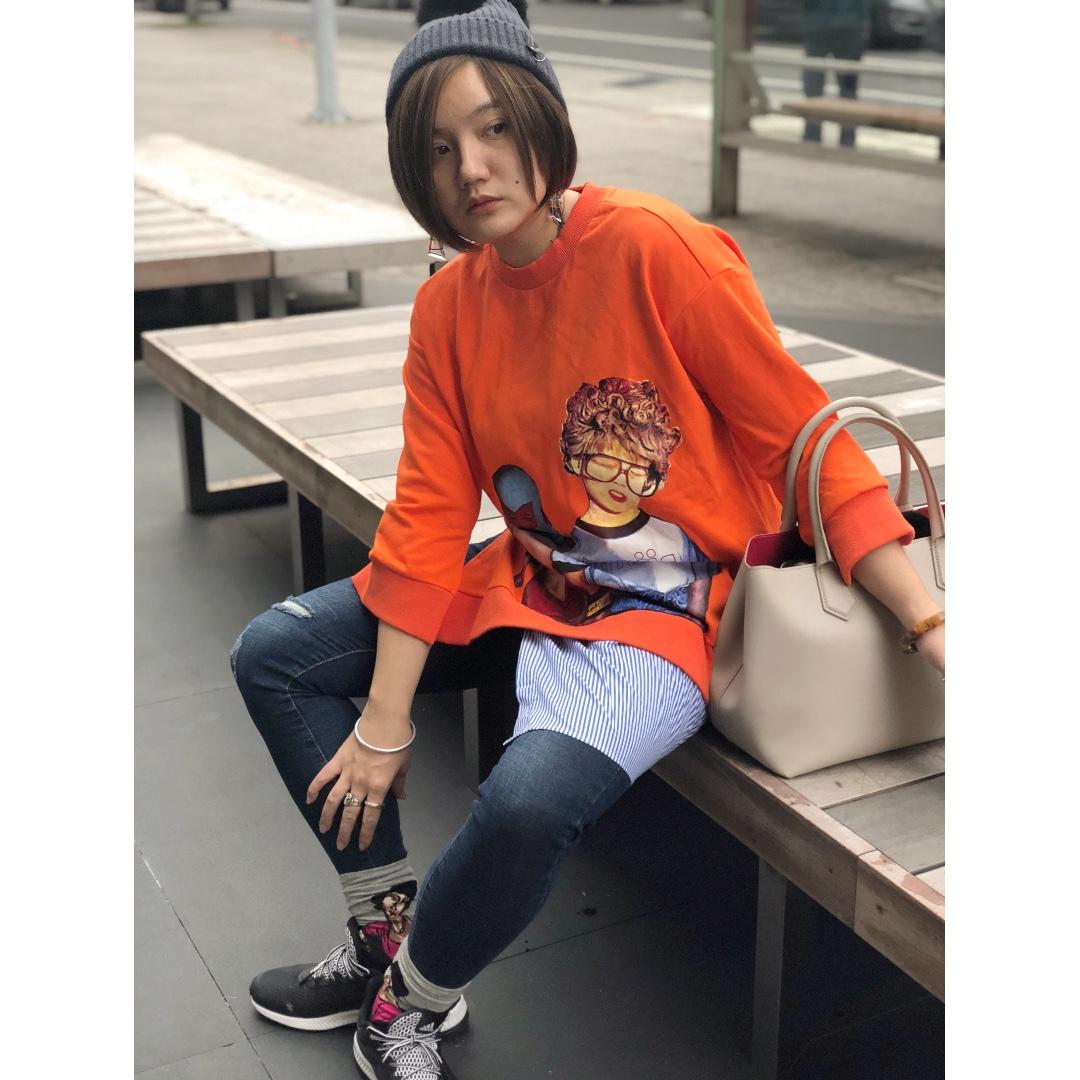 『自留款~造型假兩件塗鴉印花橘色拼接襯衫下擺開岔衛衣』