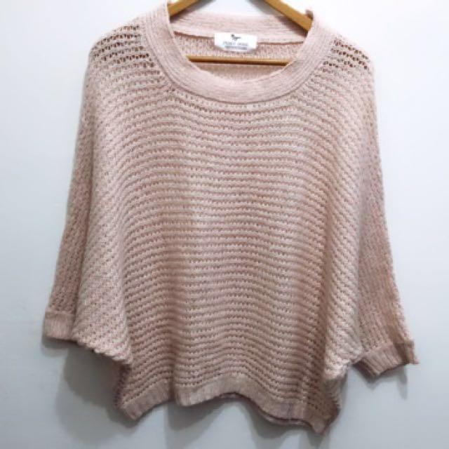 透膚淺蜜桃色,飛鼠袖設計毛衣。很顯白的粉嫩款。