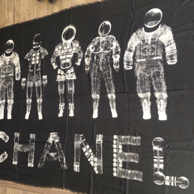 Chanel 斷貨款太空人黑色薄羊絨100%羊毛圍巾