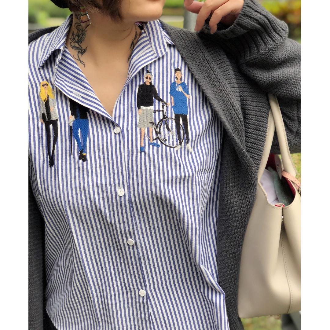 『文藝范刺繡人像微氣質CHIC藍色直紋襯衫』