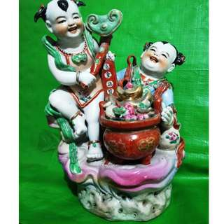 Old sculptures double Child Xianbao, a typical of 60's-70's Jindezhen porcelain, 旧雕塑双童献宝, 典型的60-70年代景德镇瓷塑