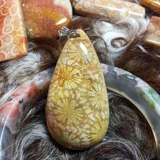 黃金色大花珊瑚玉水滴吊墜
