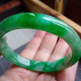55圈口55.6*10.0*7.6mm特惠冰糯種飄陽綠寬邊手鐲。完美無紋裂,編號0168