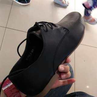 Sepatu kets hitam