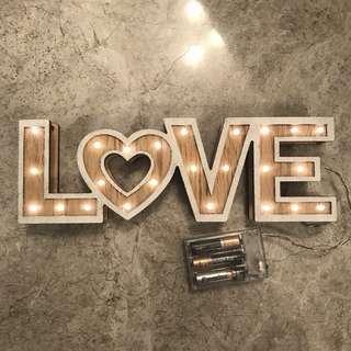 """""""LOVE"""" 發光木製裝飾"""