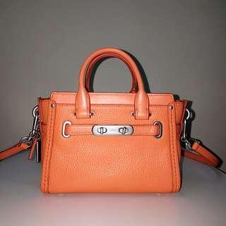 原價15800 COACH SWAGGER BAG ORANGE 旋釦飾條真皮橘色手提包 肩揹包 斜背包 附揹帶 二手 保存良好 真貨精緻做工 非OUTLET貨