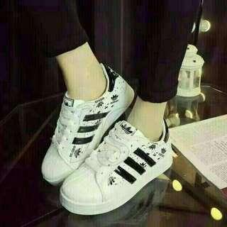 Sepatu wanita kets casual bercak hitam