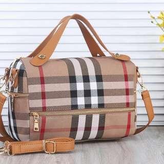 Burberry Canvas Bag👜👜👜  Code : 083# Quality : Semi Premium Bag Size : 28x13x20cm Material : Canvas -Inside Satin Weight : 0.8kg Ready 6 Colour : Black, Red, Coffe, Yellow, Brown, White @180. Pengiriman dari batam