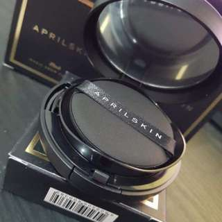 April Skin Black Cushion