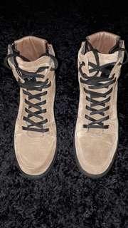 Sepatu ( semenjak beli belum pernah dipakai )